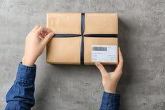 Mulher com caixa do pacote imagens de stock royalty free