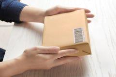 Mulher com caixa do pacote fotografia de stock royalty free