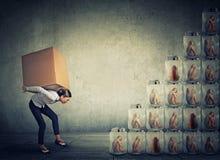 Mulher com a caixa que escala acima uma escada feita dos frascos com mulheres para dentro foto de stock royalty free