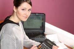 Mulher com calculadora foto de stock