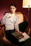 Mulher com calculadora imagem de stock