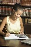 Mulher com calculadora fotos de stock royalty free