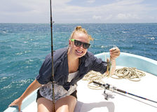 Mulher com captura de peixes Fotos de Stock