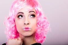 Mulher com cara criativa da peruca cor-de-rosa imagens de stock