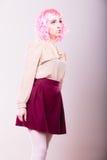 Mulher com cara criativa da peruca cor-de-rosa Fotografia de Stock Royalty Free
