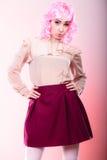 Mulher com cara criativa da peruca cor-de-rosa Imagens de Stock Royalty Free