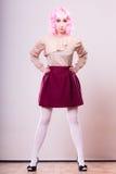 Mulher com cara criativa da peruca cor-de-rosa fotografia de stock