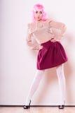 Mulher com cara criativa da peruca cor-de-rosa imagem de stock royalty free
