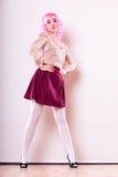 Mulher com cara criativa da peruca cor-de-rosa imagem de stock