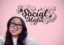 Mulher com cara engraçada e os desenhos de gráficos sociais dos meios fotografia de stock royalty free