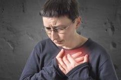Mulher com cardíaco de ataque, dor no peito, problema de saúde Foto de Stock Royalty Free