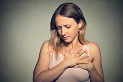 Mulher com cardíaco de ataque, dor, problema de saúde