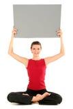 Mulher com cartão em branco fotos de stock royalty free