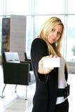 Mulher com cartão, no escritório imagens de stock