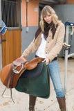 Mulher com cavalo e calças de brim Fotografia de Stock Royalty Free
