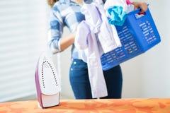 Mulher com a cesta completa da roupa Imagens de Stock