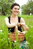 Mulher com a cesta no jardim Foto de Stock Royalty Free