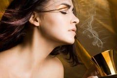 Mulher com chávena de café Foto de Stock Royalty Free