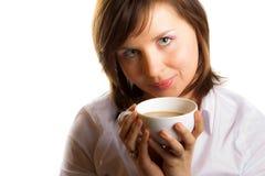 Mulher com a chávena de café com wilk fotografia de stock