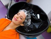 Mulher com champô em sua cabeça Fotos de Stock