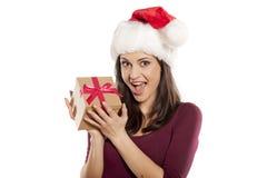 Mulher com chapéu de Santa Claus e um presente Fotografia de Stock Royalty Free