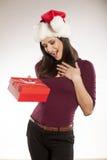 Mulher com chapéu de Santa Claus e um presente Foto de Stock