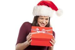 Mulher com chapéu de Santa Claus e um presente Fotografia de Stock
