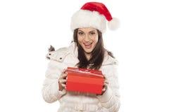Mulher com chapéu de Santa Claus e um presente Imagens de Stock