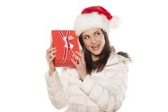 Mulher com chapéu de Santa Claus e um presente Fotos de Stock