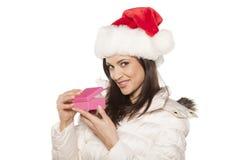 Mulher com chapéu de Santa Claus e um presente Imagem de Stock