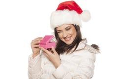 Mulher com chapéu de Santa Claus e um presente Imagens de Stock Royalty Free