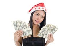 Mulher com chapéu e dinheiro de Papai Noel imagem de stock