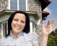 mulher com chaves à casa nova fotos de stock royalty free