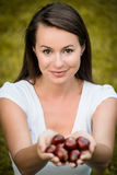 Mulher com chesnuts Fotos de Stock Royalty Free