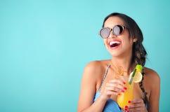 Mulher com cocktail tropical fotos de stock