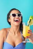 Mulher com cocktail tropical imagem de stock