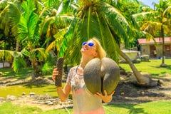 Mulher com coco de mer fotografia de stock