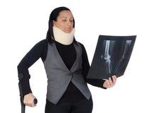 Mulher com colar e a radiografia cervicais Fotos de Stock