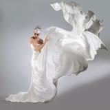 Mulher com composição criativa brilhante em um voo branco de pano imagem de stock