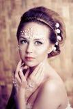 Mulher com composição criativa das pérolas Imagem de Stock