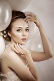 Mulher com composição criativa das pérolas Moça da beleza com a Imagem de Stock