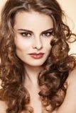 Mulher com composição da forma, cabelo curly longo da beleza imagem de stock royalty free