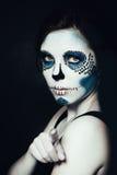 Mulher com composição de Dia das Bruxas Modelo bonito do crânio do açúcar fotografia de stock