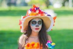 Mulher com composição do crânio do açúcar durante o dia dos mortos Imagem de Stock