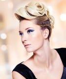 Mulher com composição do penteado e dos olhos azuis da forma imagens de stock royalty free