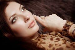 Mulher com composição na jóia luxuosa Fotografia de Stock