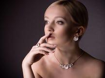 Mulher com composição na jóia luxuosa Foto de Stock