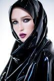Mulher com composição oriental e hijab preto do látex fotografia de stock