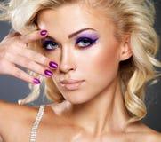 Mulher com composição roxa da beleza dos olhos. Imagem de Stock