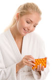 Mulher com comprimidos fotografia de stock royalty free